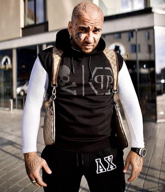 Laky Royal je úspěšný barber a je kamarádem rappera Rytmuse.