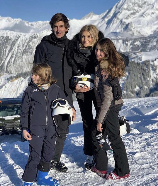 Na lyžích s celou rodinou si užívá také Tereza Maxová.