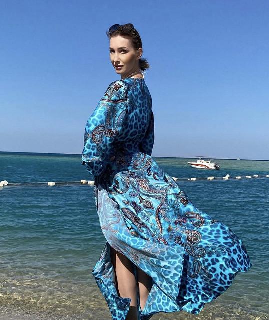Dominika pózovala v plážovém modelu Beach Swan, který navrhla Lenka Limberská, manželka fotbalisty Davida Limberského