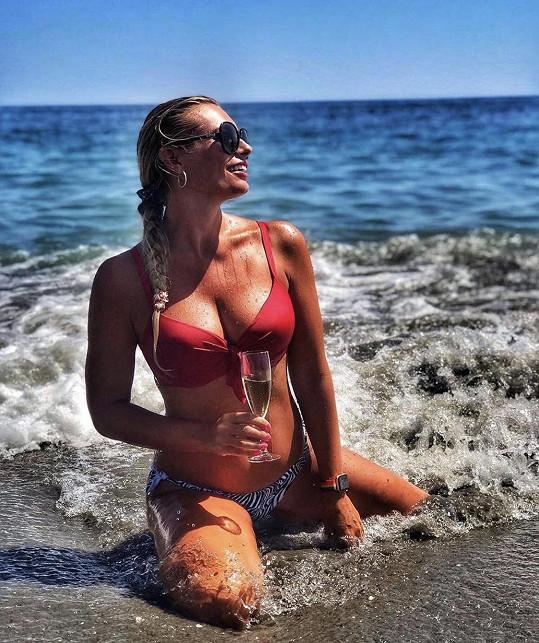 Lucie si užívá slunečných dní u moře.