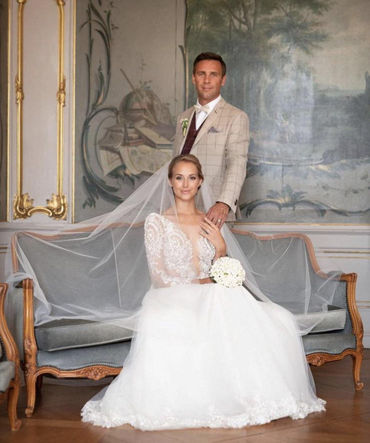Roman Vojtek se ženil podruhé, pro muzikálovou herečku Petru Vraspírovou to ale byla premiéra. Přála si, aby vypadala jako něco mezi nevěstou a vílou, což se jí podařilo.