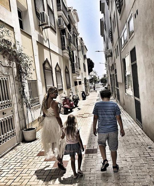 Večery tráví s dětmi procházkami po městě.
