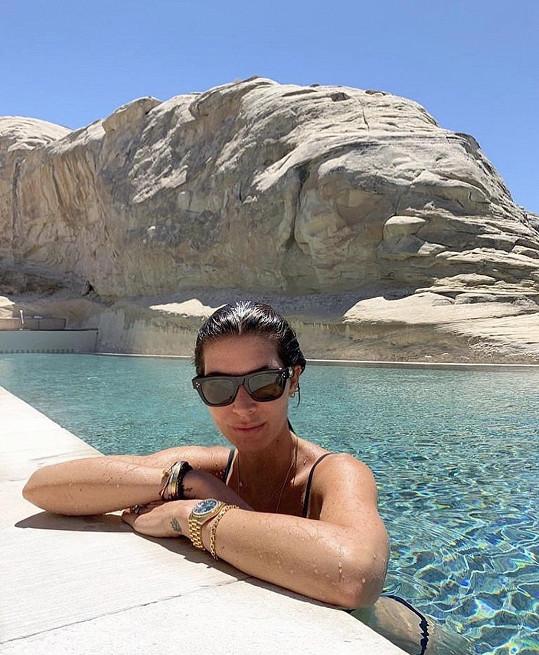 Monika v hotelovém bazénu zabudovaném mezi skalními útvary.