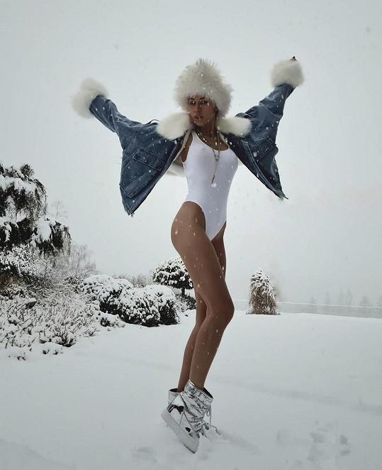 Kateřina Votavová využila sníh k pózování.