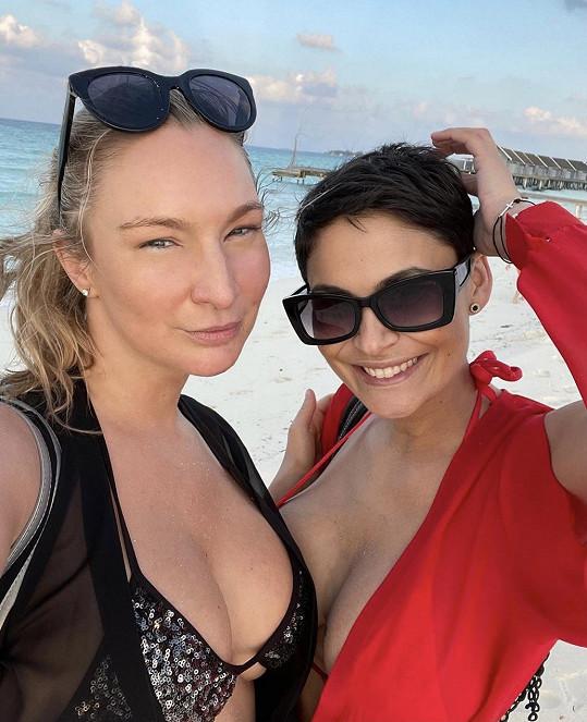 Dovolenou si užívá s kamarádkou Katkou Stiborkovou.