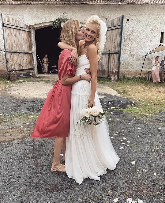 Zuzana se vdávala v šatech Ivany Mentlové na statku Dvůr Perlová voda.
