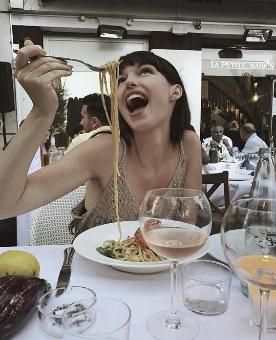Dokonce i když jí špagety.