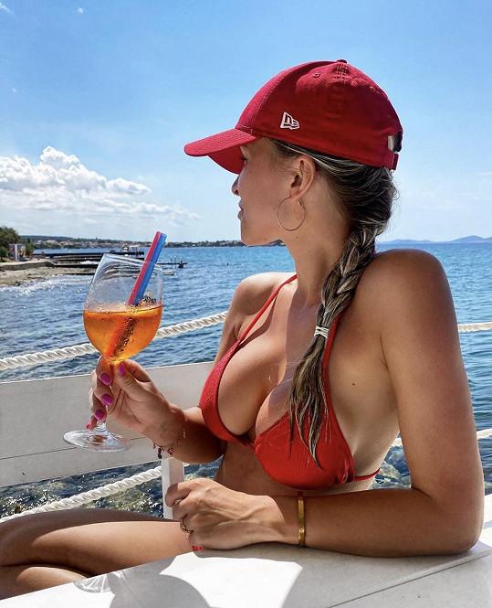 Užívá si moře i drinků.
