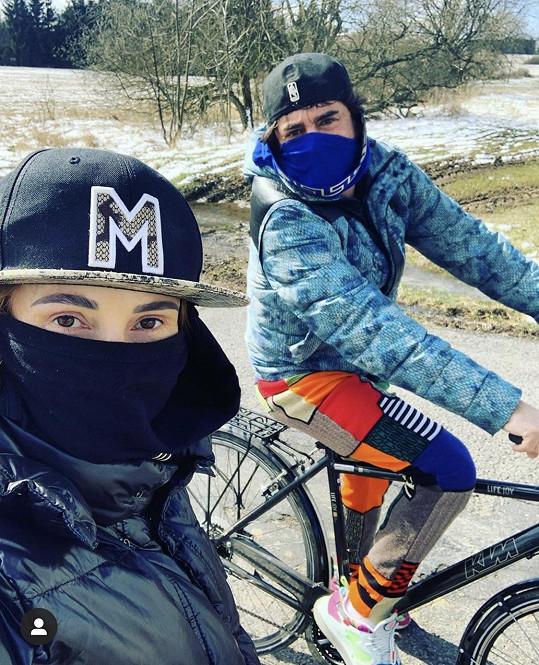 Sagvan Tofi s partnerkou Alenou vyrazili na kolech pro domácí vejce.
