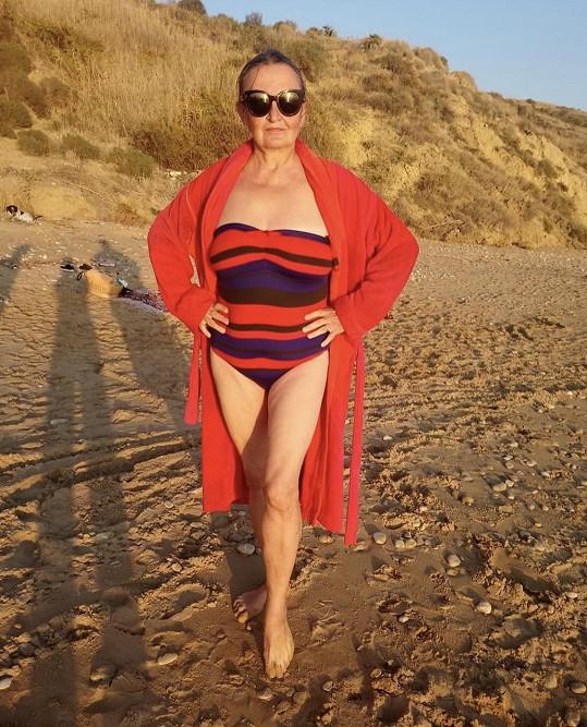 Eva Holubová šla s kůží na trh a fanouškům se také předvedla v plavkách.