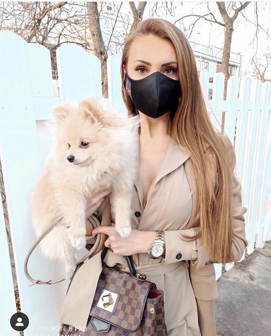 Psa jim zatím hlídá ředitelka soutěže Táňa Makarenko.