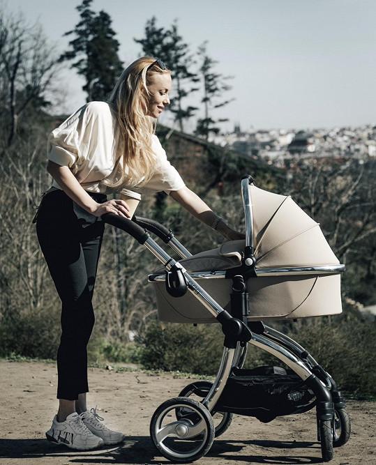 Kate Matl nosí vždy barevně sladěný outfit s kočárkem.