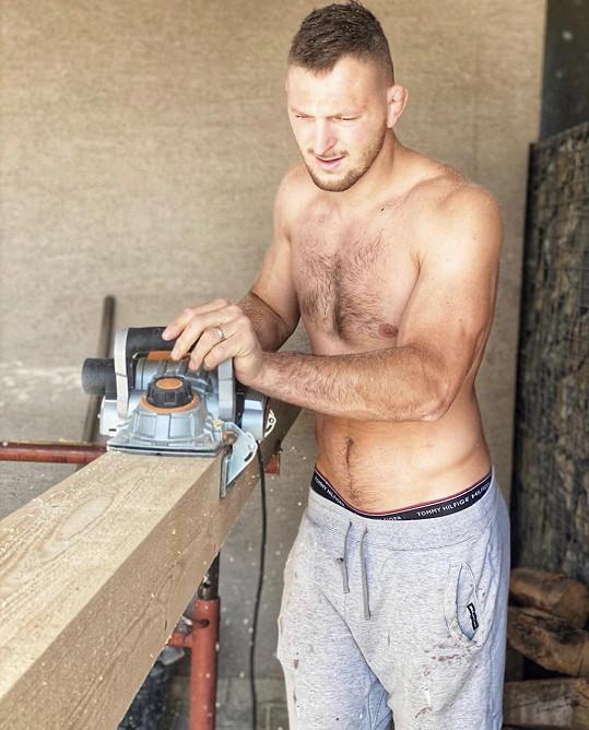 Čtyřletý syn už tatínkovi pomáhá s truhlářskými pracemi.