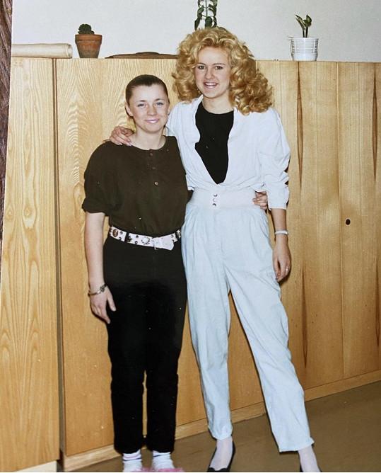 Vendula (vpravo) v osmnácti letech vypadala jako Peggy Bundová ze seriálu Ženatý se závazky.