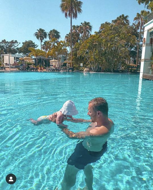 S tatínkem v bazénu