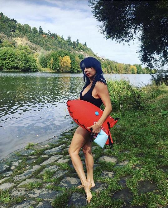 Nela Boudová se nevyfotila ve vodě, ale na břehu.