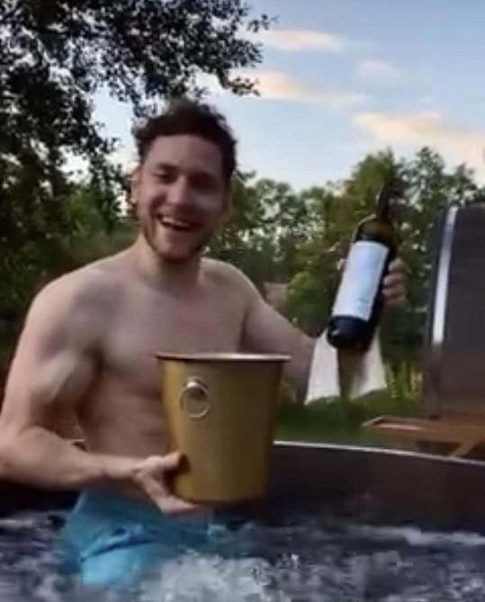 Relax si s Mirkem užívali s láhví vína.