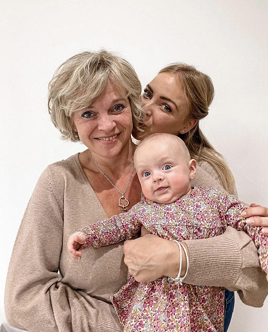 Markéta Konvičková se svojí dcerkou a maminkou