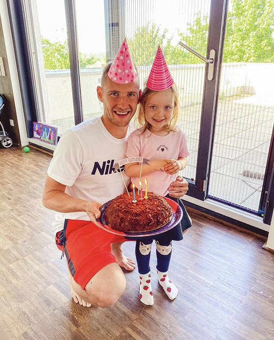 Manžel modelky Pavel Kadeřábek v karanténě oslavil narozeniny.