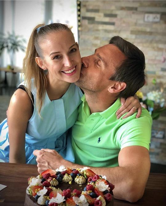 Roman žije ve spokojeném manželství s muzikálovou herečkou Petrou.