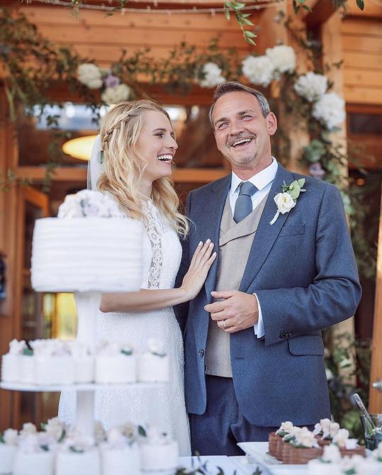Míša a Filip se svatebním dortem