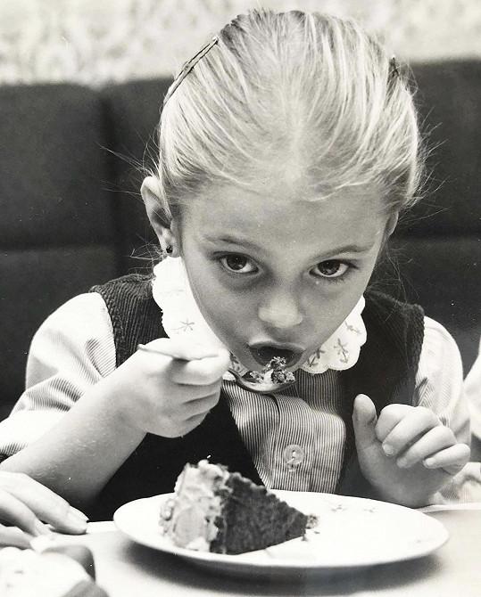 Našla své snímky z dětství.