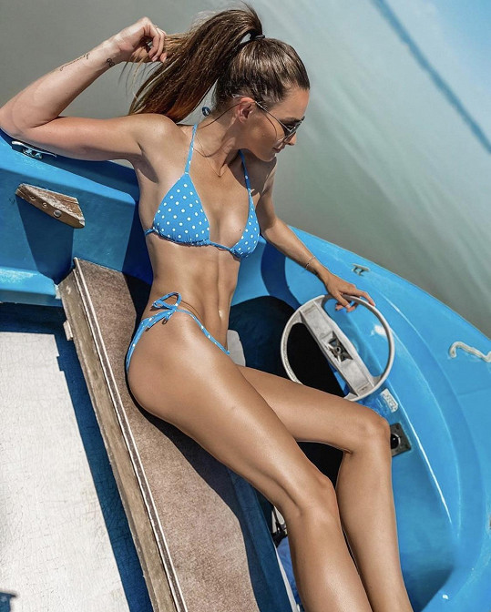 Nikol vyrazila na loďku na rakouské jezero.