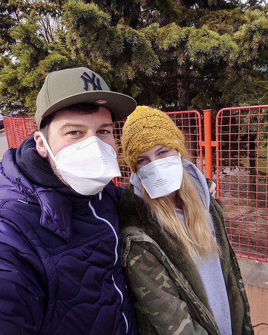 Petr Říbal s přítelkyní Míšou Hávovou dodržují nařízení ohledně nošení roušek.