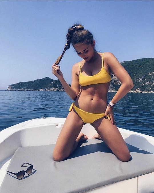 Michaela si užívá dovolenou na ostrově Korfu.