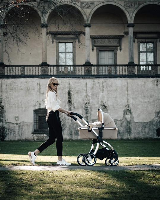Se zpěvačkou a její dcerkou jsme vyrazili na procházku do parku nedaleko letohrádku královny Anny.