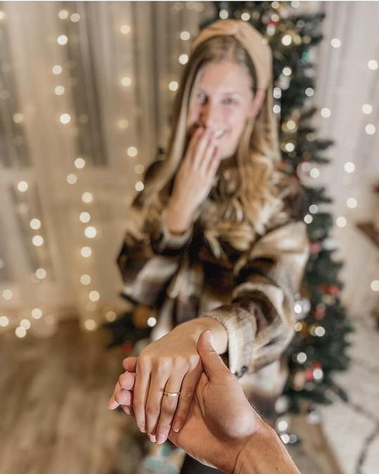 Dojatá Míša ukázala zásnubní prsten.
