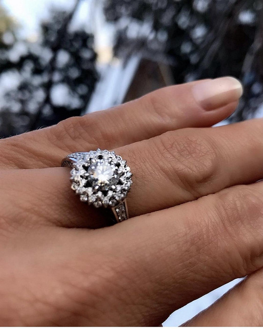 Tento prsten jí partner nasadil.