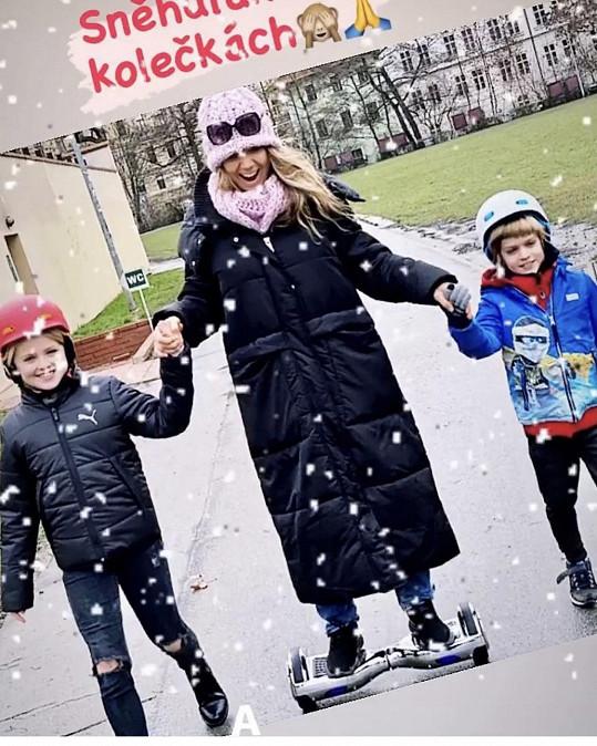 Lucka s dvojicí dětí zkoušela vánoční dárek, hoverboard.