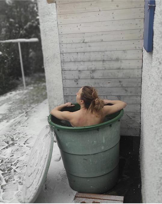 V kádi u domu se koupe každý den.