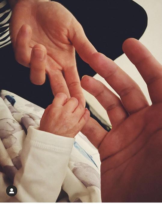 Před dvěma týdny se jim narodil syn.