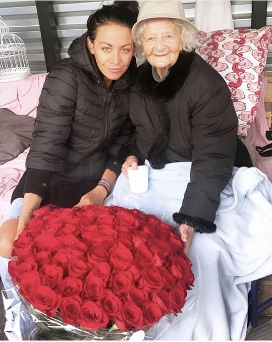 Agáta s babičkou, která slavila 96. narozeniny.