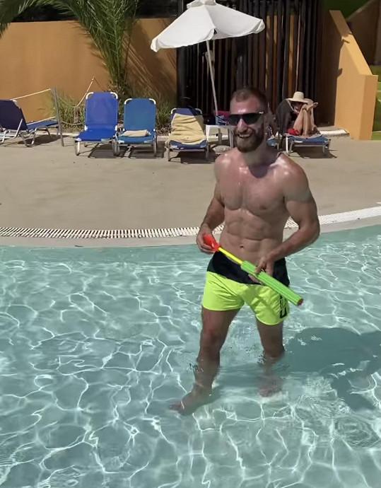 Hanka nadšeného trenéra MMA denně natáčí