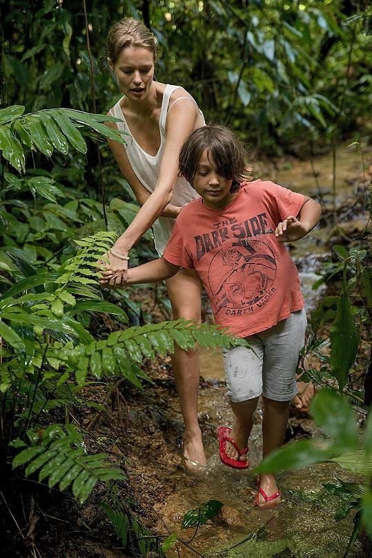 Miss ČR 1999 se synem Darienem putují sumaterskou džunglí.
