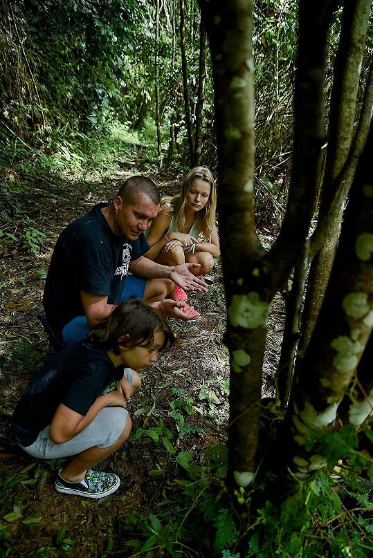 Milan Jeglík ze Spolku Prales dětem ukazuje Heleně a Darienovi fotopasti, díky kterým byl zachráněn i tygr sumaterský.