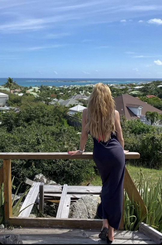 Výhled z apartmánu, kde dovolenou tráví.