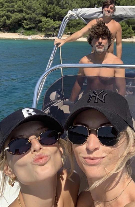Denisa a Michaela si užívají také na jachtě.