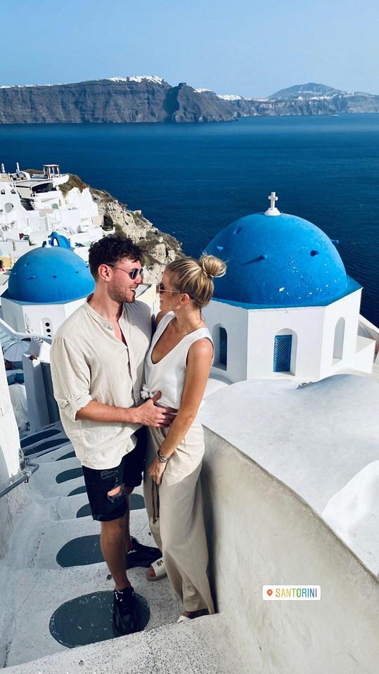 S přítelem si užívají na Santorini.