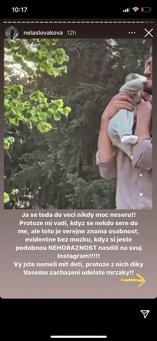 Reagovala na záběry, na kterých otec s dcerou jakoby trénuje chůzi, pak si holčičku dá přes rameno.