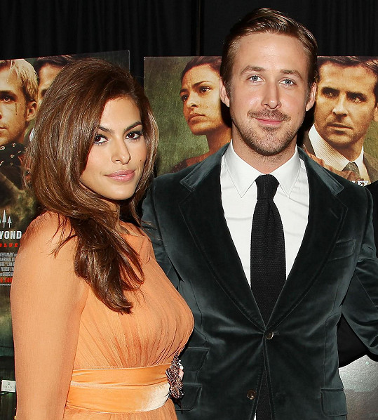 S Ryanem Goslingem má dcery Esmeraldu a Amandu.