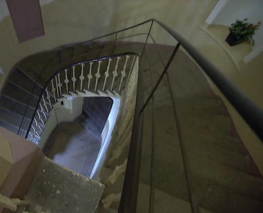 Schodiště, ze kterého muzikant spadl. Po jeho úrazu nechali zábradlí v domě zvýšit.