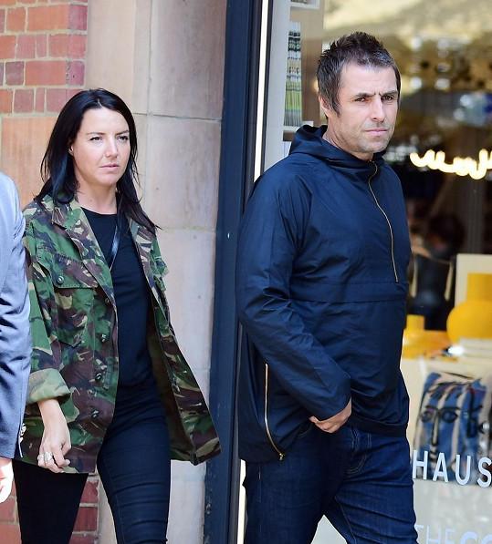Letní svatbu v Itálii posunuli na příští rok i Liam Gallagher a Debbie Gwyther. Zpěvák nechtěl mít při obřadu roušku.