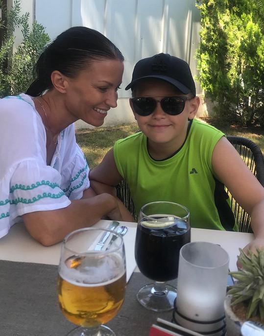 Gábina si užívá léto se synem.