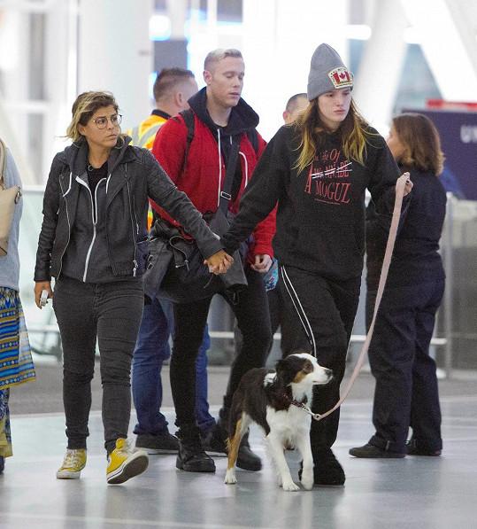 Bella (vpravo) s novou partnerkou na letišti v Torontu