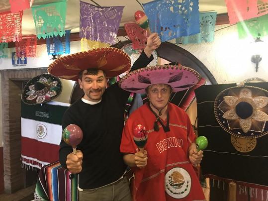 Páreček v mexických kloboucích