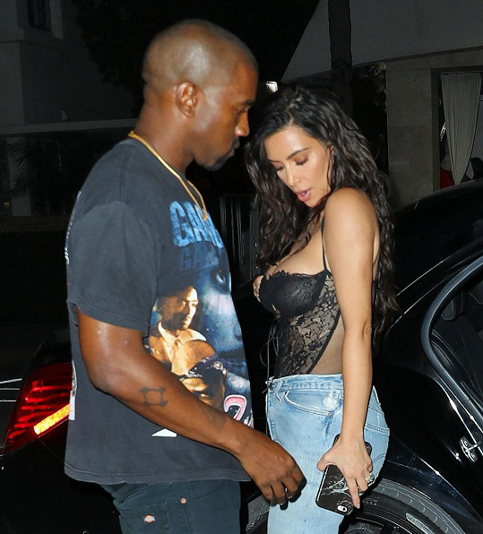 Kanye West svou manželku mlsně okukoval.